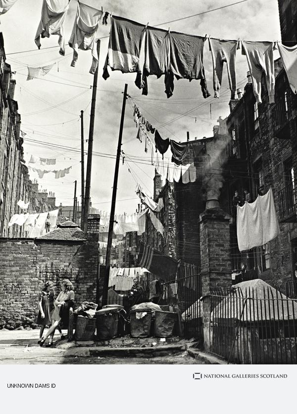 Wolfgang Suschitzky, Washing Strung Between Tenements, Dundee (1948 (printed 1989))