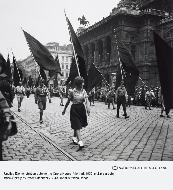 Edith Tudor-Hart, Untitled [Demonstration outside the Opera House, Vienna]