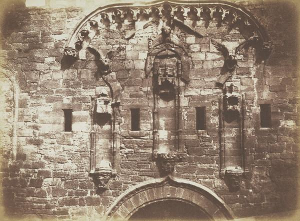 Linlithgow Palace, niches over the Grand Entrance  [Landscape 14] (1843 - 1847)
