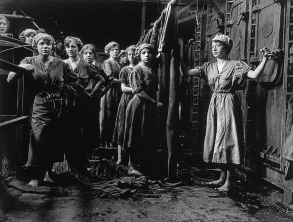 Preparing cloths for the filter presses, Glebe Sugar Refinery, Greenock (November 1918 (printed 2004))