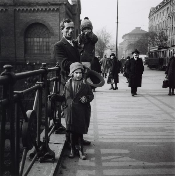 Untitled [Man with two children, Vienna] (About 1930 (negative))