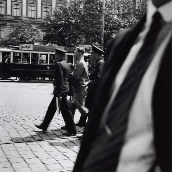 Untitled [An arrest, Vienna] (About 1930 (negative))