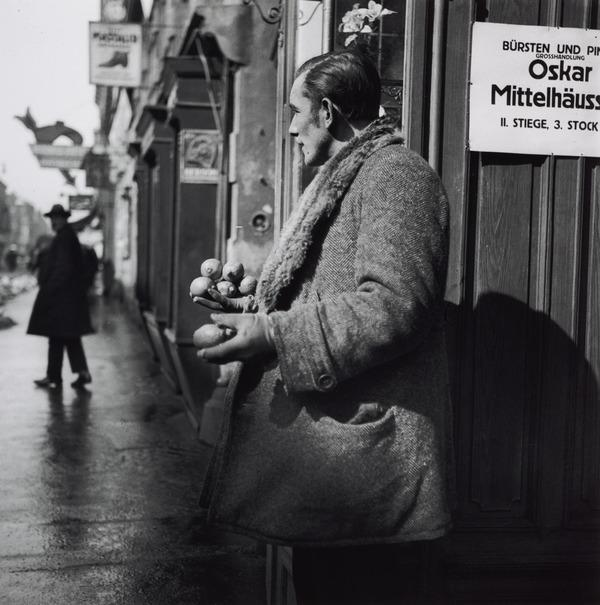 Untitled [Male lemon seller, Vienna] (About 1930 (negative))